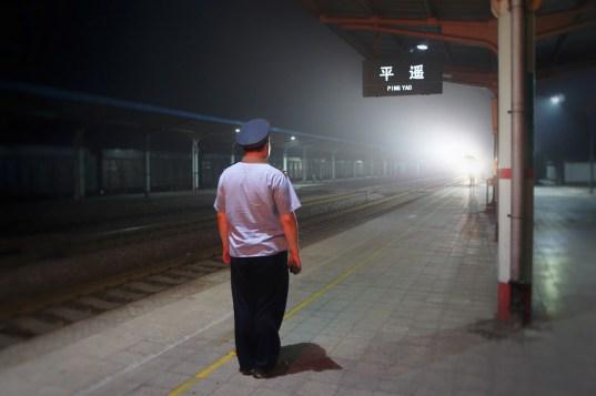 Eisenbahner zollen den Reisenden und Gütern Respekt, in dem sie bei Zugdurchfahrten und bei Zugabfahrten stramm stehen (wie z.B. hier in Pingyao in der Shanxi-Provinz)