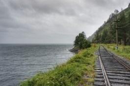 Ein Stückchen der um den Baikalsee herumführenden Transsibirischen Eisenbahn ist heute vorwiegend touristischen Verkehren vorenthalten, da die heutige Hauptstrecke einen kürzeren Weg (im Hinterland) nimmt
