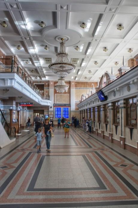 """Russische Bahnhöfe sind ohne Zweifel """"Kathedralen des Verkehrs"""" - wie hier bspw. der Bahnhof von Omsk"""