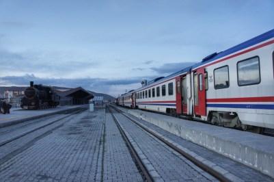 Nach rund 24 Stunden Fahrt kommt der Zug in Kars, wenige Kilometer vor der georgischen und der armenischen Grenze an.