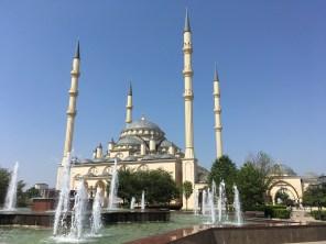 Die Achmat-Kadyrow-Moschee in Grosny ist die größte Moschee in Russland. Ende der 1980er Jahre starteten die Bauarbeiten, wurden aber durch die beiden Tschetschenienkriege unterbrochen. 2008 wurde die Moschee schließlich eröffnet.