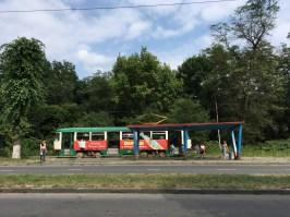 Vladikavkaz ist die Hauptstadt der russischen Teilrepublik Nordossetien-Alanien. Mit der Straßenbahn hatte ich mich an das südlichste Ende der Stadt vorgekämpft, ab hier ging es per Anhalter weiter in die Berge zur georgischen Grenze.