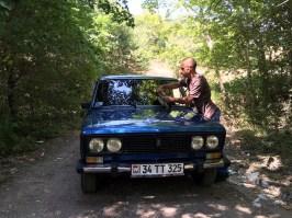 """Unzählige Serpentinen hoch, viele wieder runter, dann wieder hoch... . Sergej hängt mit seinem Lada – von ihm stolz unkaputtbare """"sovietski mashina"""" genannt – tatsächlich alle anderen Fahrzeuge auf der Strecke ab."""
