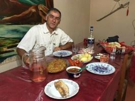Durch Zufall bin ich in Vardenis (ein Städtchen in der Nähe des Seevan-Sees) auf Artem und seine Frau Naira gestoßen. Die Familie hat sich auf den armenisch-französischen Kulturaustausch spezialisiert, bewirtet aber auch andere Nationalitäten hervorragend – wie ich bezeugen kann.