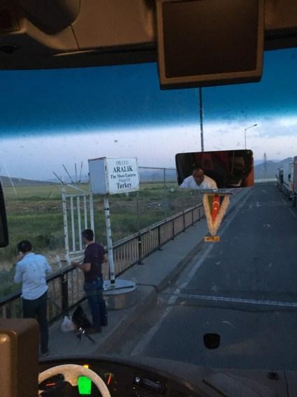 Dafür, dass eigentlich die Grenzbrücke Azerbaidschan-Türkei nicht zu Fuß, sondern nur in einem Fahrzeug überquert werden darf, ist dort doch erheblicher Fußgängerbetrieb: Die Trucker vertreiben sich ihre Wartezeit durch Angeln im Grenzfluss.