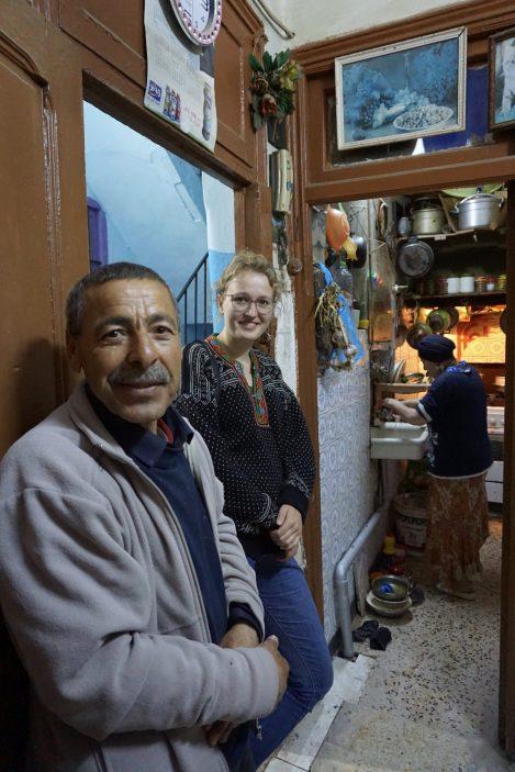 """Ganz unverhofft stoßen wir bei unserer Erkundung von Sfax auf Salah. """"Ihr müsst unbedingt mitkommen –seid unser Gast für diesen Abend."""" Kurzerhand lassen wir unsere Pläne für die Weiterreise sausen und erfahren bei Salah und seiner Familie eine unglaubliche Gastfreundschaft."""