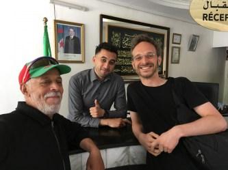 Nadji (Mitte) und Tahar (links) haben uns einen grandiosen Empfang in Algerien beschert: Durch die beiden haben wir Tebessa kennengelernt und viele Tipps für die Weiterreise bekommen. Sie sorgten für eine tolle Überraschung bei unserer Abreise, als sie uns eine riesige Box mit Konfekt überreichten.