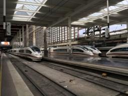 Nach der Ankunft in Valencia geht es auf dem Landweg weiter: Mit Hochgeschwindigkeit zunächst nach Madrid...