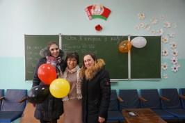 Meine Gastgeberin Nadezhda (links) mit ihrer Kollegin Alesia (rechts) und der Schulleiterin (mittig)