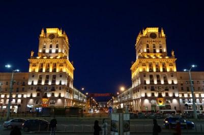 Wer Freude an großen Prachtstraßen und Gebäuden im stalinistischen Zuckerbäckerstil hat, der kommt in Minsk auf seine Kosten. Der Baustil erstreckt sich nicht nur –wie z.B. in deutschen Städten – auf einzelne Gebäude, sondern großflächig auf die gesamte Innenstadt.