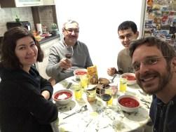 Mit ein Grund für die Reise nach Brest war diese Familie: Iryna, Viktor und Pasha kannte ich bereits von meinem Weißrusslandbesuch 2013. Angestoßen wurde natürlich mit hausgemachtem Wein.