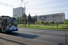 Während der schweren Auseinandersetzungen im Ukrainekonflikt fiel Mariupol 2015 kurzzeitig in die Hände der Rebellen. Die Stadt konnte sich jedoch insb. durch die Unterstützung der örtlichen Politik und der Industrieoligarchen von der Besatzung befreien. Davon, dass Mariupol weiterhin zur Ukraine gehört, zeugt dieses vollverkleidete (vermutlich während des Krieges zerstörte) Gebäude.