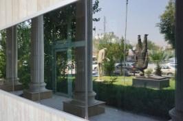 Ein berühmter Dichter steht vor der Nationalbibliothek Kopf.
