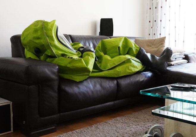 CSA auf Sofa - Copyright 2021, fesselblog.de