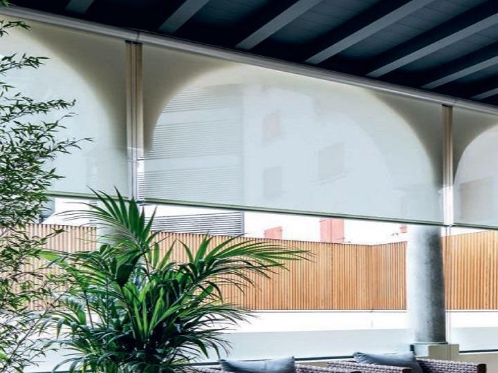 tende a rullo da interno o da esterno. Tende Da Sole Verticali A Caduta Per Esterni Con Guide Laterali
