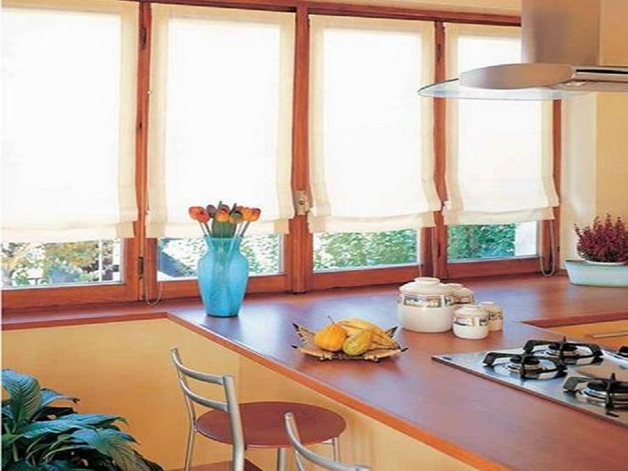 A pannello o a rullo, in tessuti resistenti e a prova di fumi e odori, idee e consigli per schermare le finestre nella stanza dei fornelli. Tende Tendaggi Tende Per Interni Tende Da Cucina