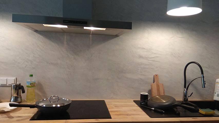 efekt betonu na ścianie w kuchni