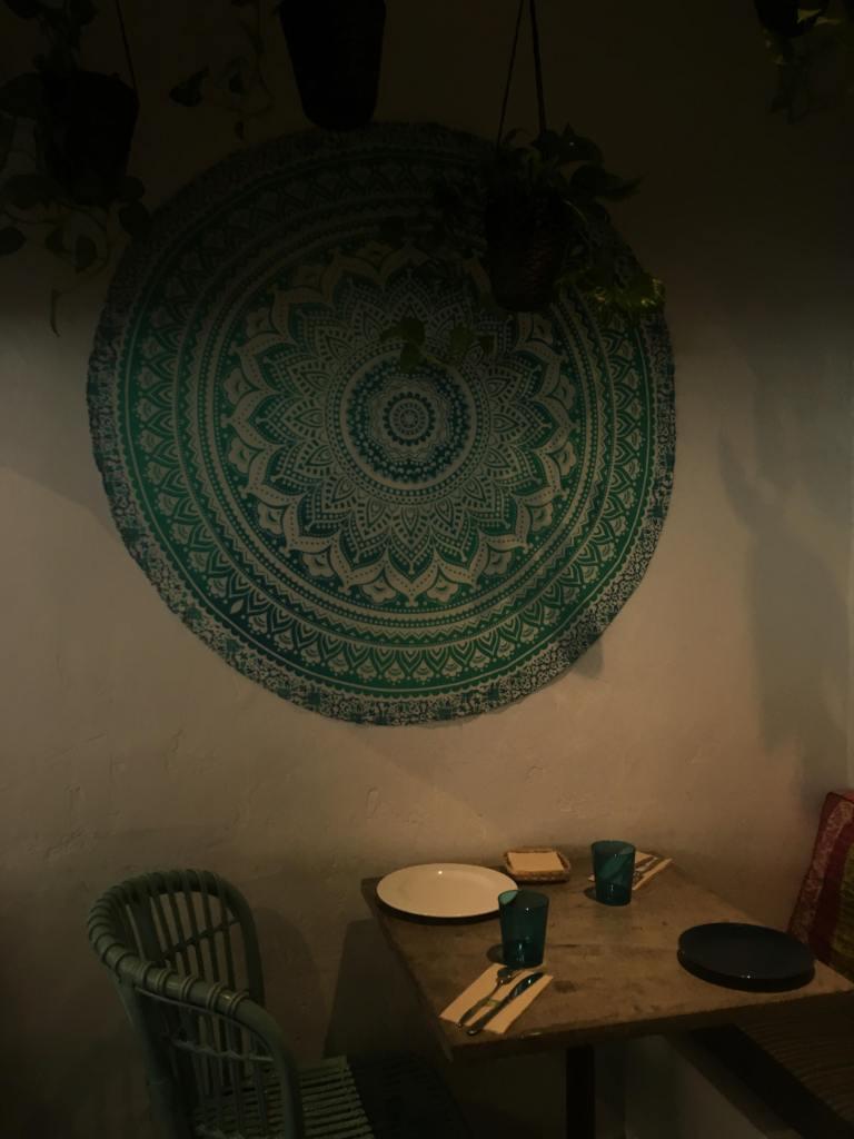 betonowy stolik w restauracji