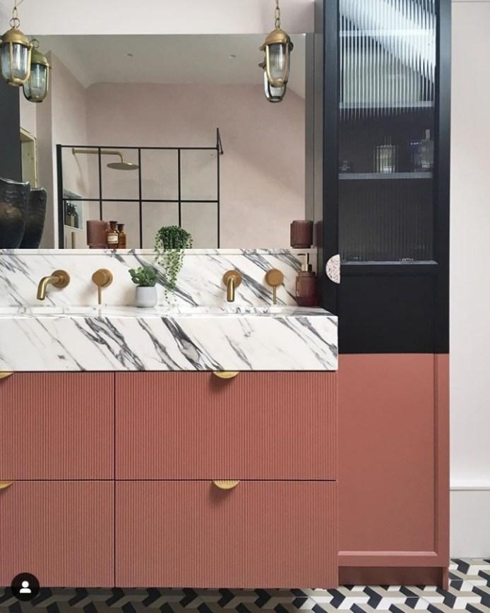 łazienka z różowym mikrobetonem