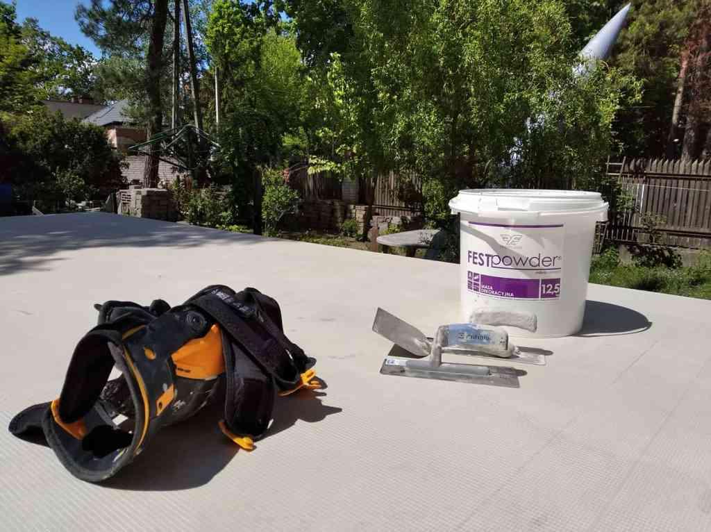 Aplikacja mikrocementu w upalne lato to wyzwanie