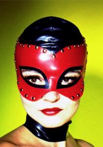 鼻と口が一緒に露出している全頭マスクの例