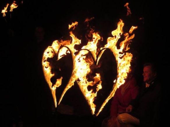 Feuershow zur Silberhochzeit mit brenenden Herzen