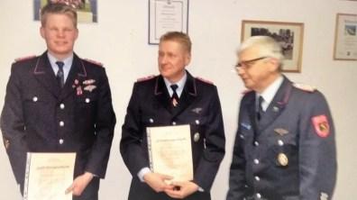Von Links: Jan Schwock, Rainer Glabbatz, Bereichsbrandmeister Ottmar Kondora