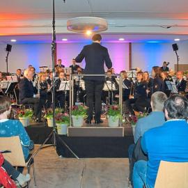 """Musiker und Gäste am Ende """"happy"""""""