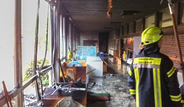 Containerbrand schlägt auf Schule über