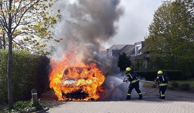 Feuerwehr Lohne löscht brennenden Medikamenten-Transporter