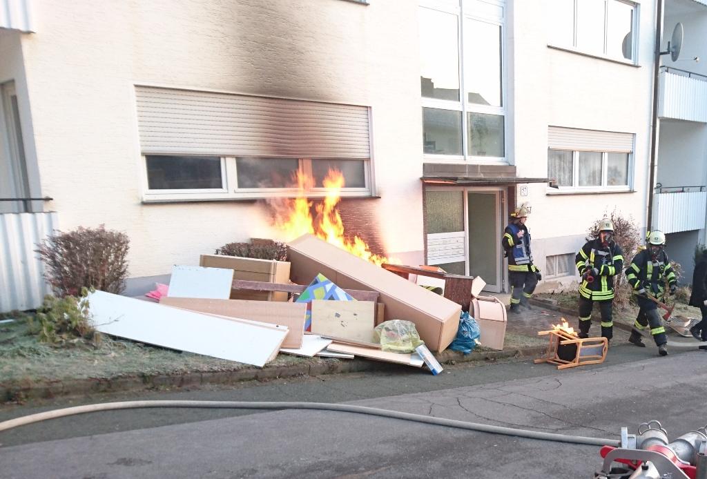 Feuer droht auf Mehrfamilienhaus überzugreifen