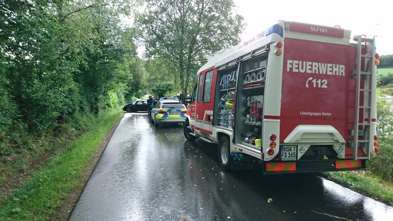 Eine Person verletzt, Fahrzeug kollidiert mit Baum