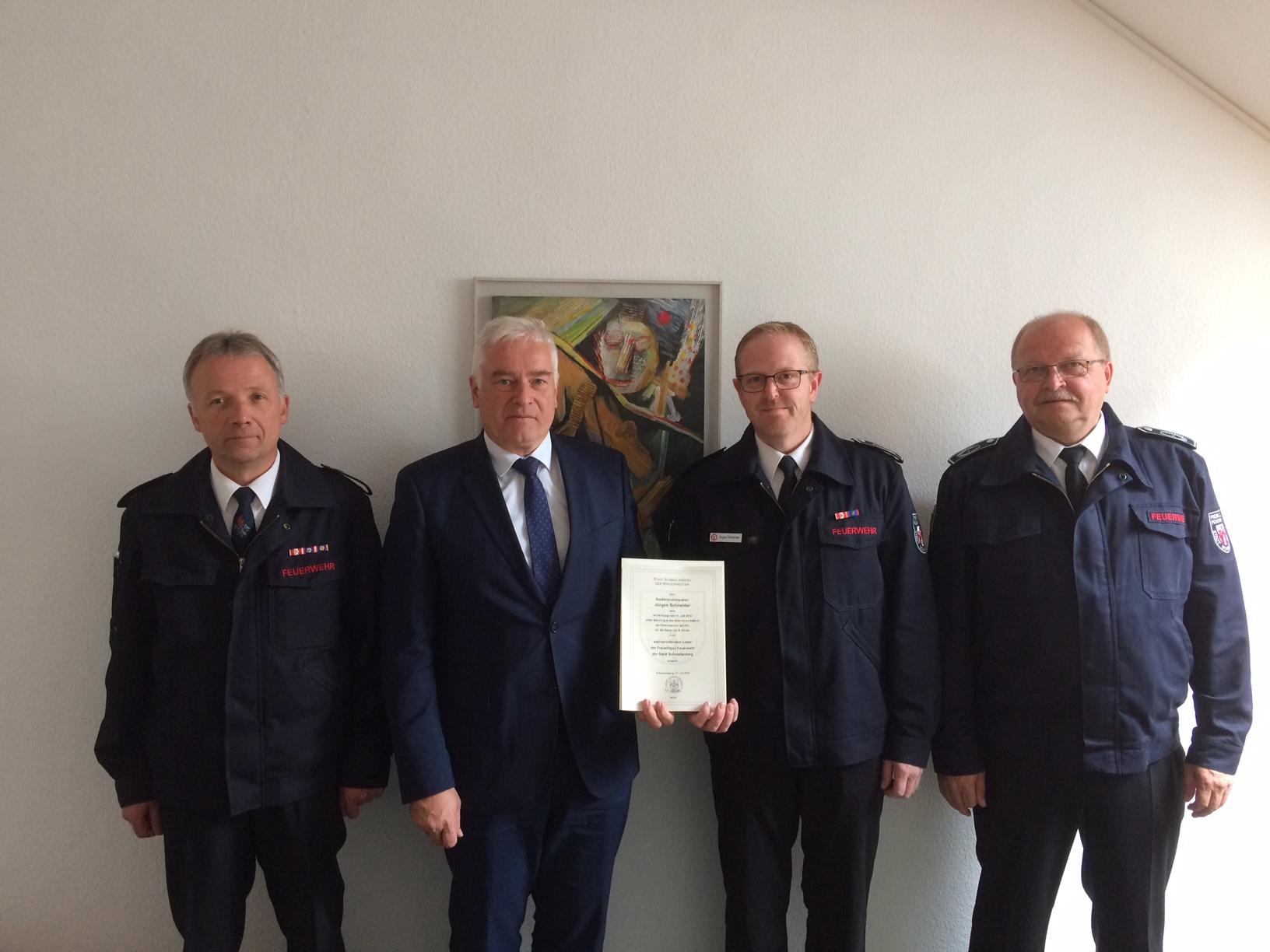 Bürgermeister Bernhard Halbe ernennt Jürgen Schneider zum Ehrenbeamten der Stadt