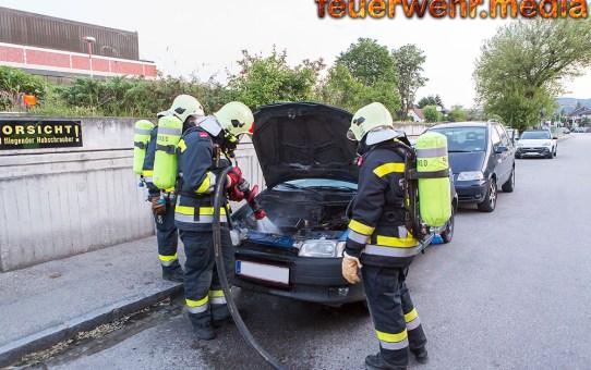 Pkw-Brand vor dem Hubschrauberlandeplatz des UKH Krems