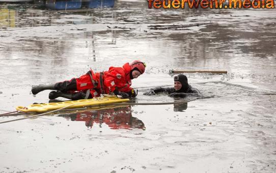 Rettung aus dem Eis - Feuerwehrübung im Kremser Yachthafen