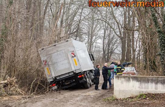 Lkw rutscht seitlich in den Straßengraben - Bergung mittels Seilwinde