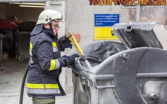 Zwei couragierte Frauen löschen eine brennende Großraummülltonne