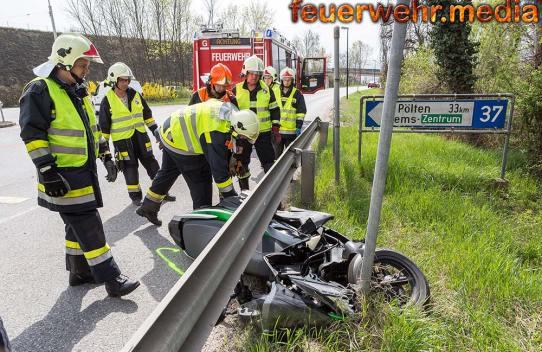 Motorrad nach Unfall unter einer Leitschiene verkeilt