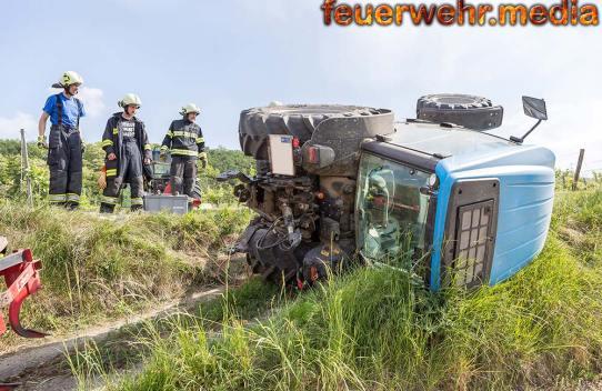 Feuerwehr stellt umgestürzten Traktor wieder auf die Räder