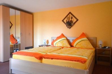 gemütlich eingerichteter Schlafraum mit Doppelbett