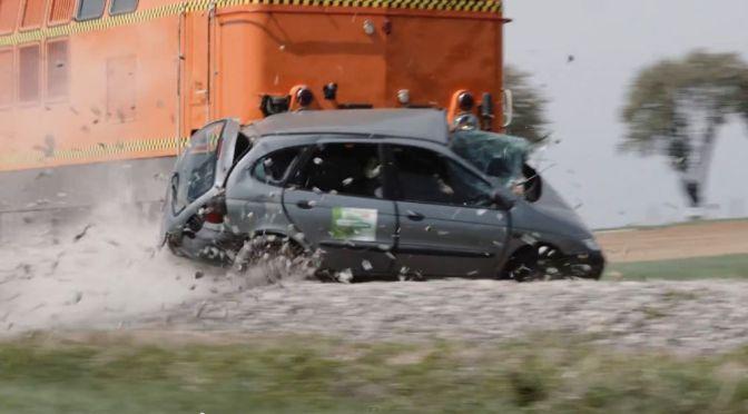 Crashtest Zug gegen PKW – Der stärkere gewinnt!