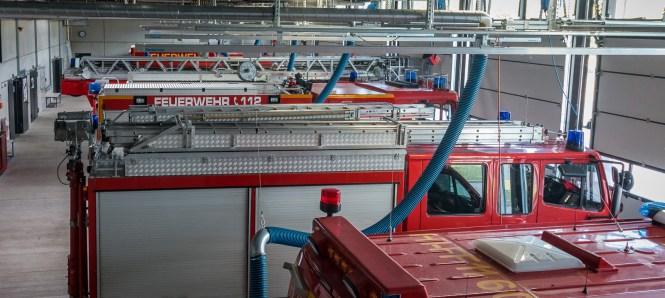 Blick vom Funkraum in die Fahrzeughalle