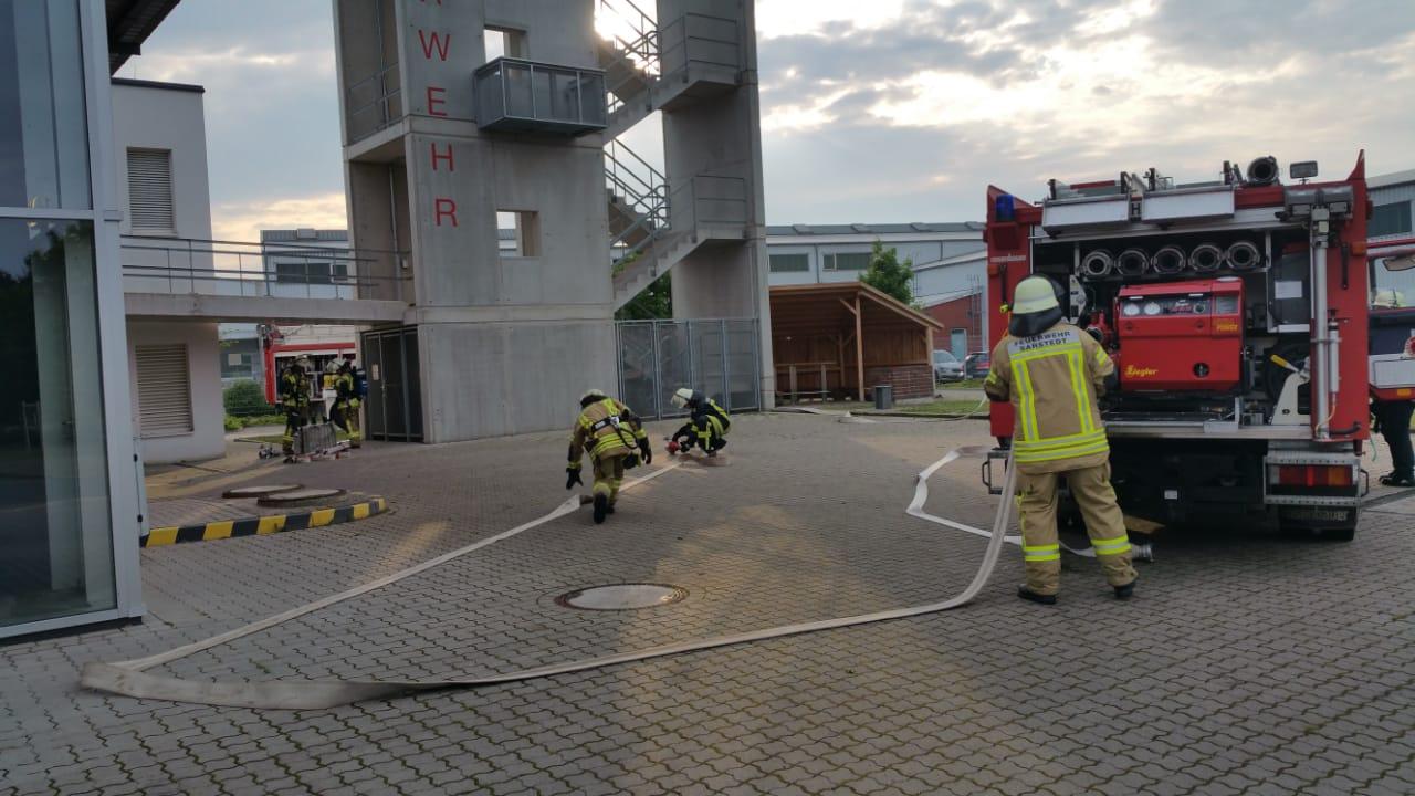 Bei Ortsbrandmeister Blaut ging es mit dem Ruther Fahrzeug daran, mit der Steckleiter eine Menschenrettung mit Brandbekämpfung über den Balkon zu starten