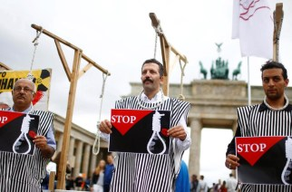 People stage a protest against the recent execution by Iran of up to 20 Kurdish Islamists suspected of attacks on security forces, in front of the Brandenburg gate in Berlin, Germany, August 12, 2016. REUTERS/Hannibal Hanschke  - S1BETVACHVAB
