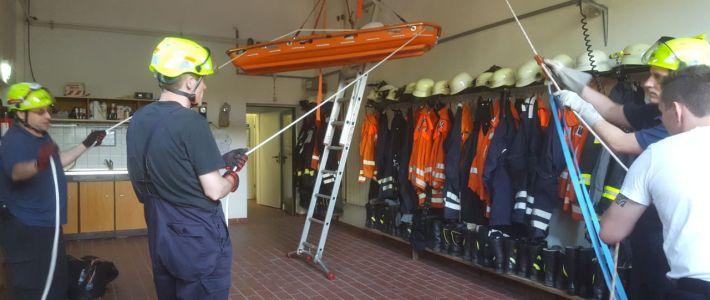 Übung: Höhenrettung im Feuerwehrhaus