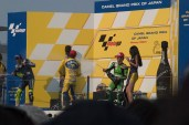 Champagne. Le petit chenapan Rossi vise les Race Queen.