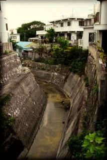 Petit canal perdu dans un quartier d'habitations