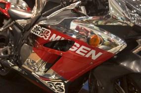 Logo Mugen sur une Honda CBR argentée