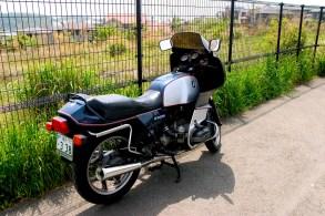 Une vielle moto BMW R100RS à Hayama