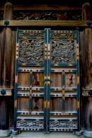 Une porte décorée d'un des temples de Sankei